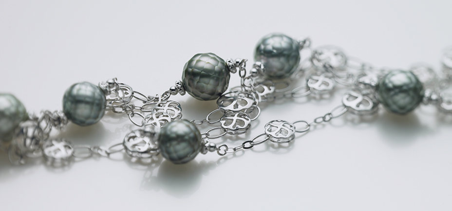 HANASHINJU(South sea black pearl) and K18WG Necklace.